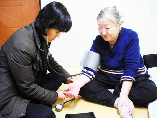 아름다운생명사랑 의료 취약 계층이 만힝 사는 서울 강북구 지역에서 활동하는 의료NGO 아름다운생명사랑은 지역 주민들을 찾아가 건강을 챙겨준다.