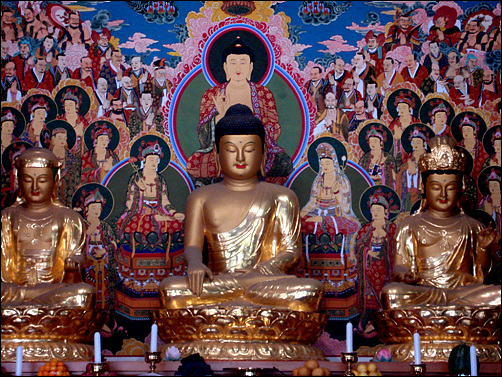 진덕사 대웅전에 모셔진 부처님