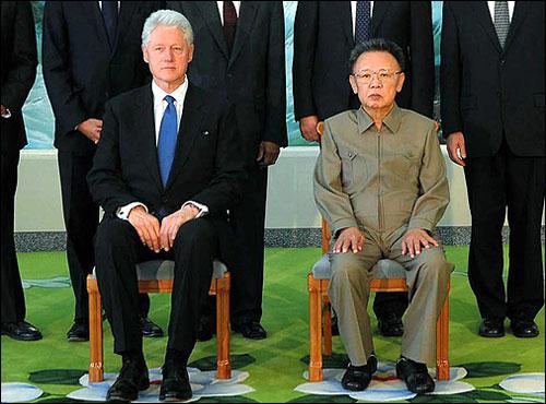 지난 4일 평양을 방문한 빌 클린턴 전 미국 대통령이 김정일 북한 국방위원장과 기념촬영을 하고 있다.