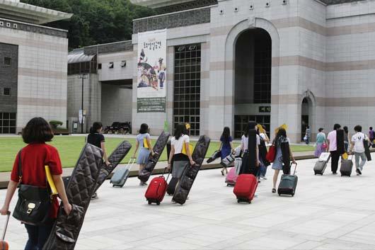 공연전통문화재단이 주관하는 국악마스터클래스에 참가하기 위해 악기와 짐을 들고 여독을 풀 새 없이 강의실로 이동하는 31명의 학생들.