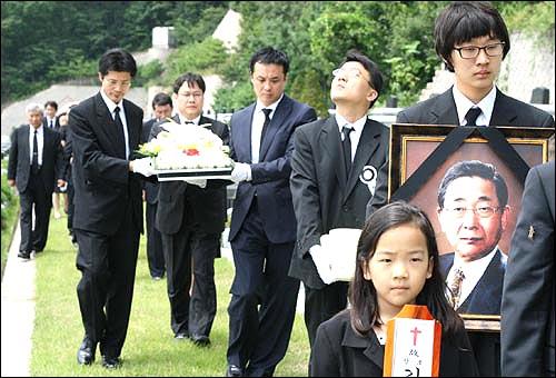 성남영생원에서 화장된 고인이 장지인 공원묘지로 운구 되는 가운데 유골을 안은 큰아들 김진용(세 번째) 교수가 아버지 떠나신 하늘나라를 바라보고 있다.
