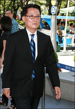 박지원 민주당 의원이 10일 오전 김대중 전 대통령이 입원한 신촌 세브란스 병원에서 병문안객들을 맞이하기 위해 분주히 오가고 있다.
