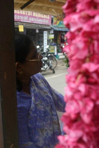 힌두 사원에 바치기 위한 성물인 꽃다발을 고르는 여인