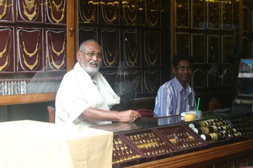 귀금속 가게 인도에서는 금, 은 제품을 파는 귀금속 가게를 쉽게 볼 수 있다