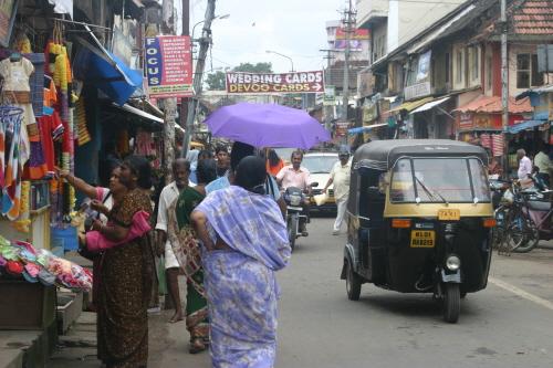 시장을 누비는 오토릭샤 세발 오토바이인 오토릭샤는 인도인에게 없어서는 안 될 중요한 대중교통수단이다