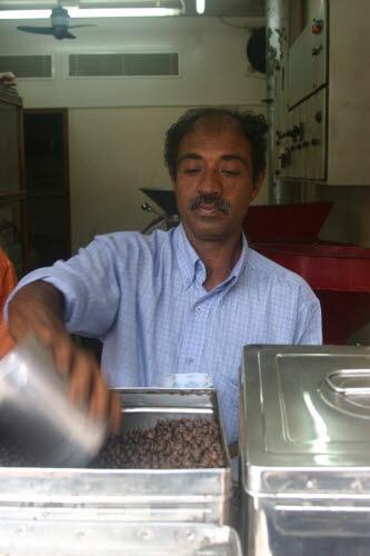 갓 볶은 커피를 정성스레 포장하는 상인