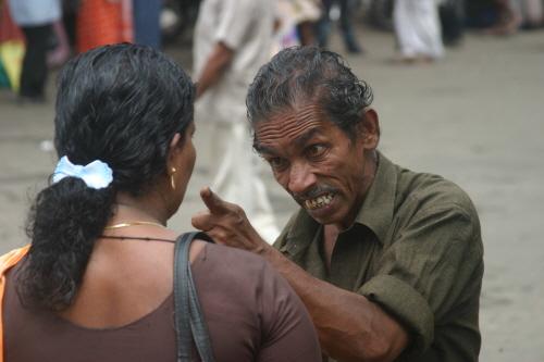 젊은 여인과 시비가 붙은 인도 할아버지