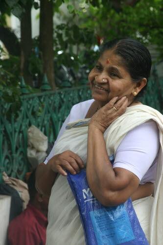 신기료 장수의 솜씨에 만족하는 인도 여인