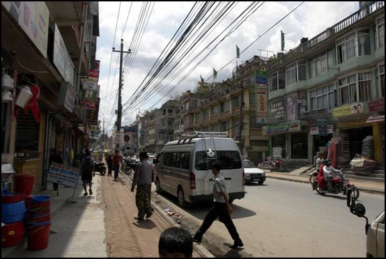 부다나트 사원 앞 거리 중국의 핍박을 피해 난민 신세가 된 티베트인들은 이곳 부다나트 사원을 중심으로 집단 거주하며 기념품 등을 생산 판매하거나 각종 상업을 하며 살아가고 있다.