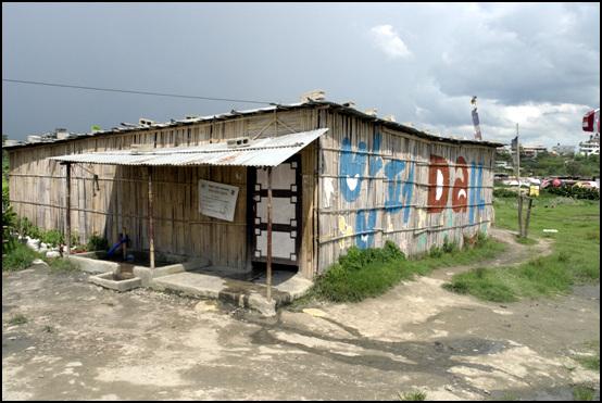 원하락 난민촌 카트만두 공항 근처 하천가에 자리 잡은 난민촌 입구에 다일 공동체가 지어준 간이식당이 들어서 있다.