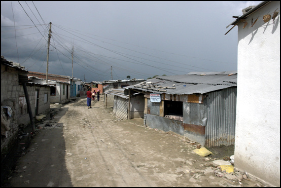 원하락난민촌 카트만두 공항 근처 하천가 저지대에 자리잡은 난민촌 골목
