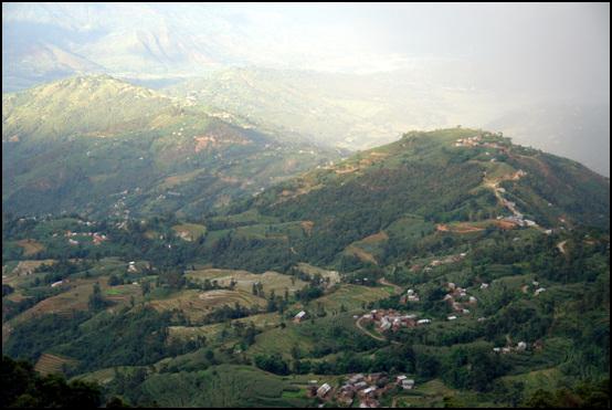 산촌마을 해발 2500m 고지대인 나자르코티에서 바라본 산촌마을의 평화로운 정경