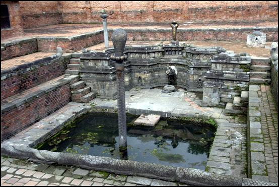 박타하르 왕궁 왕비 전용 목욕탕이 웅장하고 화려하다. 수호신으로 등장하는 코브라 상은 네팔 고대왕궁에서 자주 볼 수 있다.