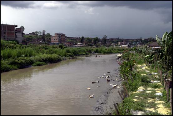 원하락 난민촌 난민촌은 이 하천 옆 저지대에 위태롭게 자리잡고 있고 20m 정도의 오염된 자하수를 사용할 정도로 열악한 상태였다.