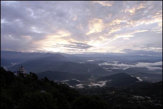 히말라야 일출 히말라야 산맥을 넘어 솟아 오르는 일출광경