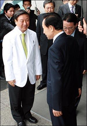 이명박 대통령이 11일 오전 신촌 세브란스병원에 입원중인 김대중 전 대통령을 병문안 한 뒤 박창일 연세의료원장, 박지원 민주당 의원의 배웅을 받으며 떠나고 있다.