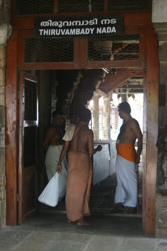 힌두사원의 출입구 사원에 들어가는 힌두 신자들은 인도의 전통복장을 착용해야만 한다