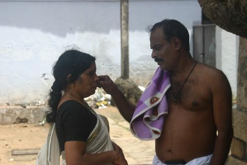 부인의 얼굴에 붙은 티끌을 떼어 주는 자상한 남편 비슈누 교리의 가장 큰 특징이 남편과 아내의 사랑, 신과 신도의 사랑과 같은 사랑이다. 비슈누는 지상에 나타날 때마다 매번 그의 아내 락슈미와 동행한다.
