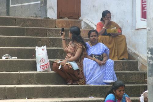 사원의 입장 시간을 기다리는 힌두 교인들 무료함을 달래기 위해 책을 읽는 여인과 셀프 카메라로 이리저리 장난을 치는 소녀의 모습이 인상적이다
