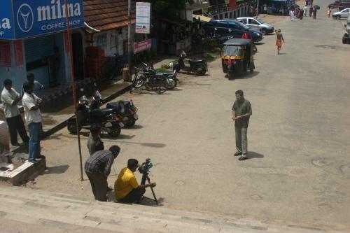 사원 앞에서 방송 녹화를 하는 트리밴드럼의 지역방송 직원들