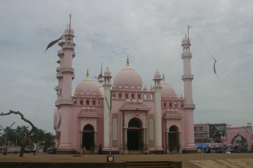 트리밴드럼에 위치한 분홍색의 예쁜 이슬람 사원