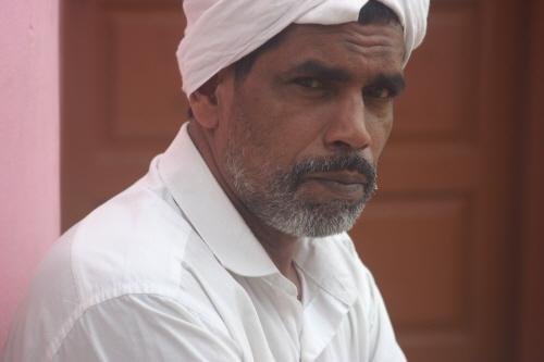 사원 앞에서 기도 준비를 하는 이슬람 신자