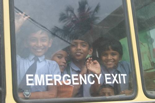 스쿨버스를 타고 집으로 가는 아이들 버스 맨 뒷자리는 언제나 개구쟁이들의 몫. 사진 찍는 필자를 버스 안의 개구장이들이 호기심 어린 눈으로 바라보고 있다.