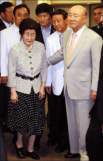 14일 오전 서울 신촌 세브란스병원에 입원중인 김대중 전 대통령을 병문안 온 전두환 전 대통령이 이희호씨의 안내를 받고 있다.
