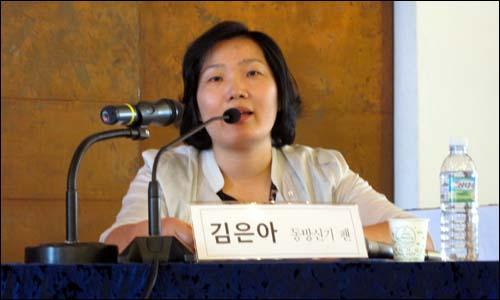 """동방신기 팬 동방신기 팬클럽 '카시오페아' 회원 김은아(39)씨는 14일 """"동방신기를 표본으로 삼는 후배 연습생들이 많은 상황에서 동방신기의 소송 제기는 용기있는 행동""""이라고 말했다."""