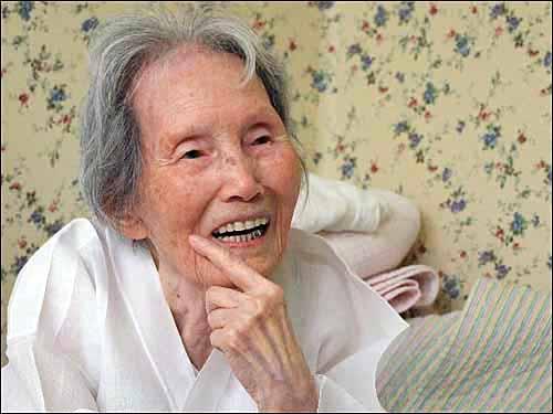 독립운동가 이효정 할머니 97세의 나이가 믿기지 않을정도로 발음이 정확했다. 인터뷰 내내 보여주었던 미소.