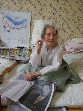 노무현 대통령 서거 때 슬프지 않았느냐는 질문에 이효정 할머니는 말없이 신문을 꺼냈다.