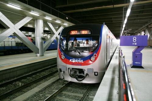 경의선 전철 서울역의 모습. 낮시간에는 1시간에 1대씩만 매우 드물게 열차가 운행된다.