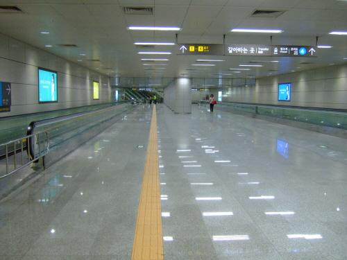 단순한 보행자용 터널에 불과한 기존 지하철 환승통로 (사진은 동작역)