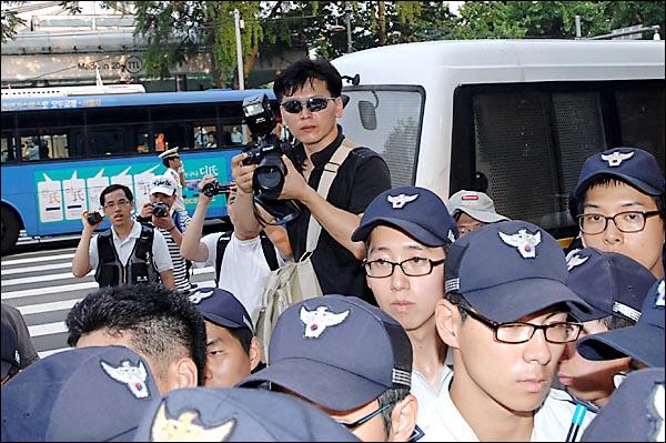 경찰 사진채증요원이 경찰에게 사과를 요구하는 시민을 사진촬영하고 있다.
