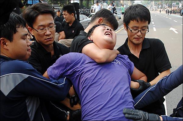8월15일 오후 서울 마로니에 공원앞 도로에서 한 시민이 도로를 불법점거했다는 이유로 경찰에 의해 강제 연행되고 있다.