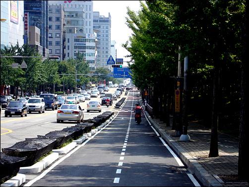 교통체증을 가중시킨 인천시청 인근 자전거 전용도로 위를 유유히 달리는 오토바이