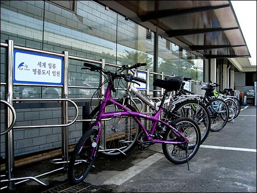자전거를 타고 인천시청에 갔더니, 새 자전거 주차대는 한산하다. 시민들보고 자전거를 타라면서 정작 공무원들은??