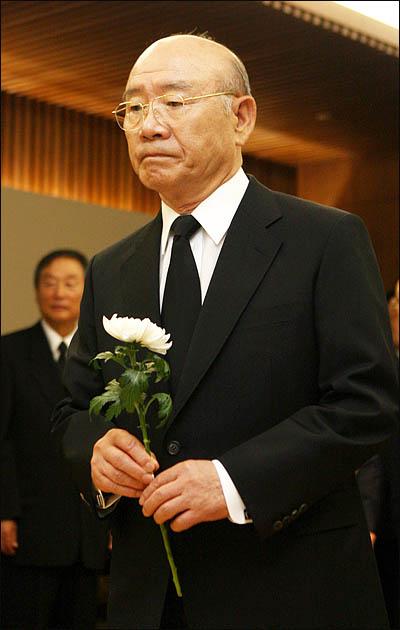 김대중 전 대통령의 서거 둘째날인 19일 오전 서울 신촌 세브란스병원 장례식장에 마련된 김 전 대통령의 빈소에서 전두환 전 대통령이 헌화하고 있다.