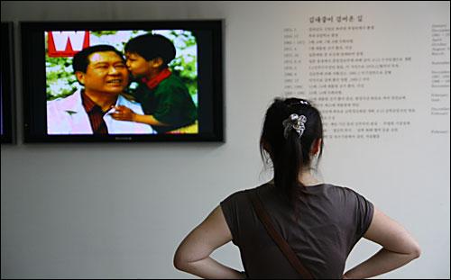 19일 오전 한 시민이 서울 동교동 연세대학교 김대중도서관에서 김 전 대통령의 생전 모습이 담긴 영상을 바라보고 있다.