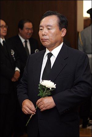 19일 오전 서울 신촌 세브란스병원 장례식장에 마련된 고 김대중 전 대통령 빈소에서 이인제 의원이 조문하고 있다.