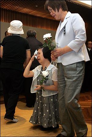 19일 오전 서울 신촌 세브란스병원 장례식장에 마련된 고 김대중 전 대통령 빈소에서 네손가락 피아니스트 이희아씨가 오열하고 있다.