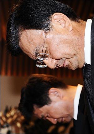 19일 오후 서울 신촌 세브란브병원 장례식장에 마련된 고 김대중 전 대통령 빈소를 찾은 홍석현 중앙일보 회장이 고개숙여 묵념하고 있다.