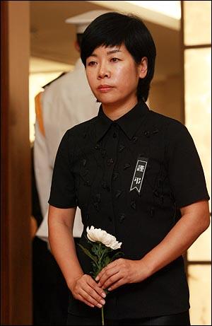 방송인 김미화씨가 19일 오후 서울 신촌 세브란스병원 장례식장에 마련된 고 김대중 전 대통령의 빈소를 찾아 조문순서를 기다리고 있다.