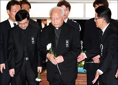 정진석 추기경이 19일 오후 서울 신촌 세브란스병원 장례식장에 마련된 고 김대중 전 대통령의 빈소를 찾아 조문순서를 기다리고 있다.