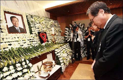 정연주 전 KBS 사장이 19일 오후 서울 신촌 세브란스병원 장례식장에 마련된 김대중 전 대통령의 빈소를 찾아 조문하고 있다.