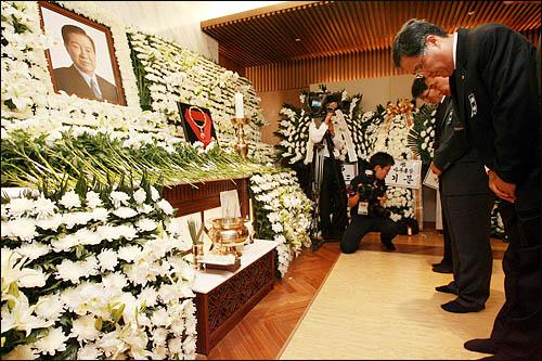 방상훈 조선일보 사장이 19일 오후 서울 신촌 세브란스병원 장례식장에 마련된 김대중 전 대통령의 빈소를 찾아 조문하고 있다.