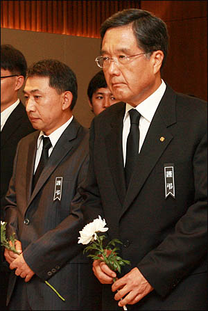방상훈 조선일보 사장(오른쪽)과 홍준호 편집국장이 19일 오후 서울 신촌 세브란스병원 장례식장에 마련된 김대중 전 대통령의 빈소를 찾아 조문하고 있다.