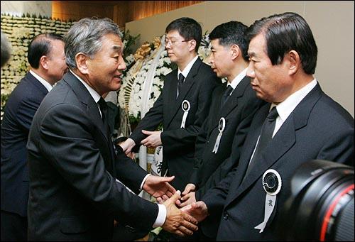 한나라당 이재오 전 의원이 19일 오후 서울 신촌 세브란스병원 장례식장에 마련된 고 김대중 전 대통령 빈소를 찾아 조문하고 있다.