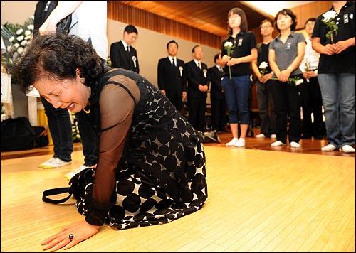 19일 밤 서울 신촌 세브란스병원 장례식장에 마련된 고 김대중 전 대통령의 빈소를 찾은 한 조문객이 오열하고 있다.