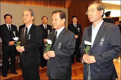 19일 밤 서울 신촌 세브란스병원 장례식장에 마련된 고 김대중 전 대통령 빈소를 찾은 최열 환경재단 상임대표(가운데)와 박원순 희망제작소 상임이사(오른쪽)가 헌화하고 있다.